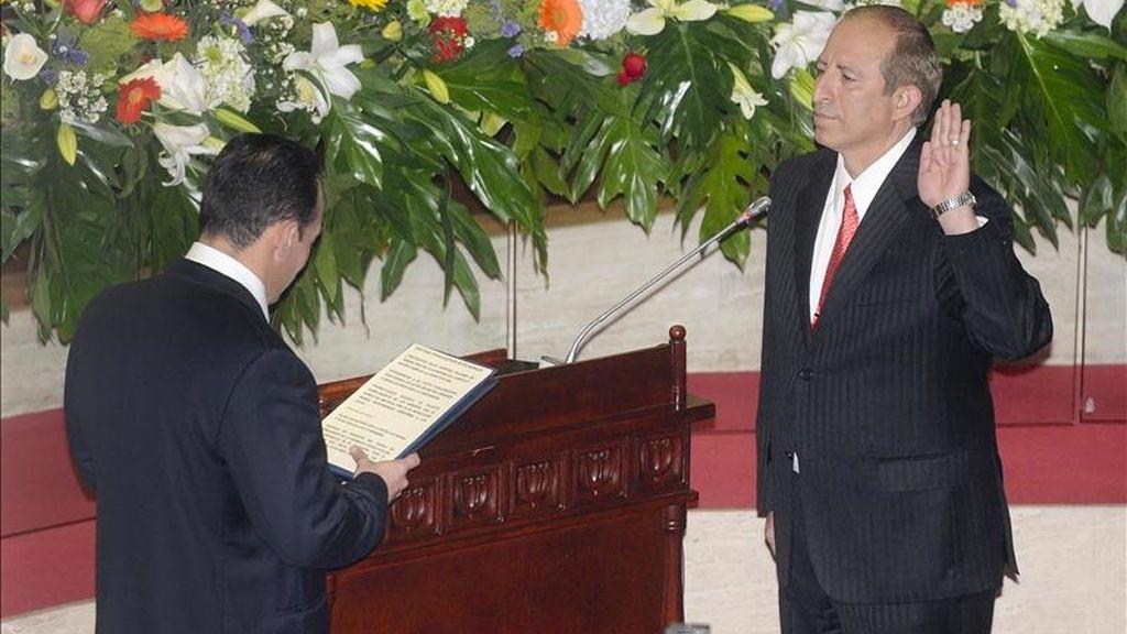 El diputado del gobernante Frente Farabundo Martí para la Liberación Nacional Sigfrido Reyes (d) toma posesión de la presidencia de la Asamblea Legislativa, en la sede del parlamento en San Salvador (El Salvador). EFE