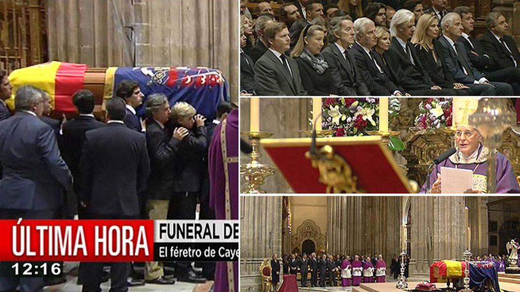 Familiares y amigos dan el último adiós a la duquesa de Alba en la catedral de Sevilla