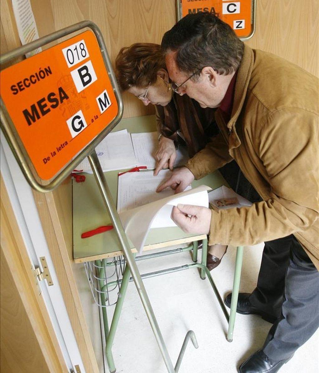 Dos personas consultan la lista del censo antes de votar. EFE/Archivo