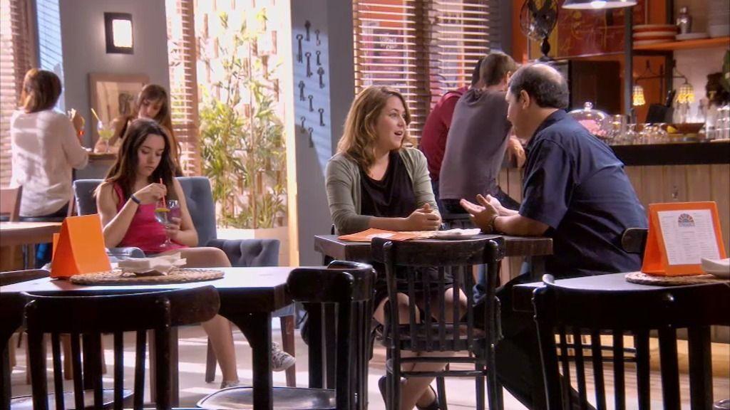 Álvaro le propone a Lucía fingir una relación sentimental