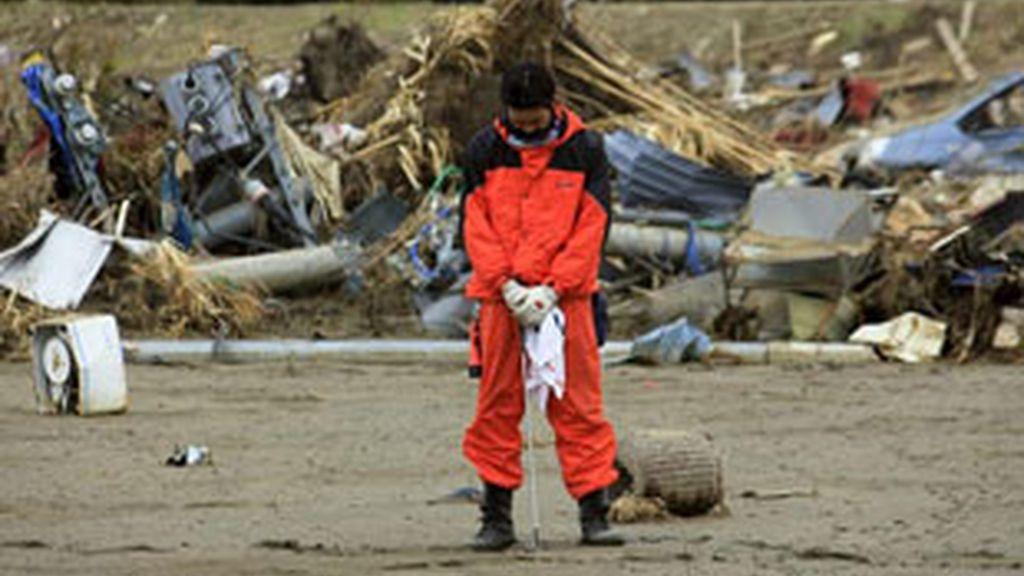 Un bombero guarda un minuto de silencio un mes después del seísmo que terremoto y posterior tsunami que arrasó la costa nororiental japonesa. FOTO: EFE