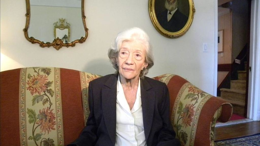 La escritora española y Premio Cervantes 2010 Ana María Matute habla durante una entrevista con Efe  en Nueva York (EE.UU.). EFE