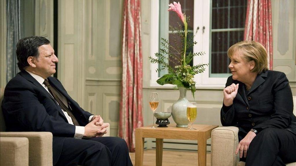 Jose Manuel Durao Barroso, presidente de la Comisión Europea (CE), se reunió hoy a puerta cerrada en Berlín con la canciller alemana, Angela Merkel, para abordar la situación de la crisis de la deuda que ahoga a Grecia. EFE/Archivo