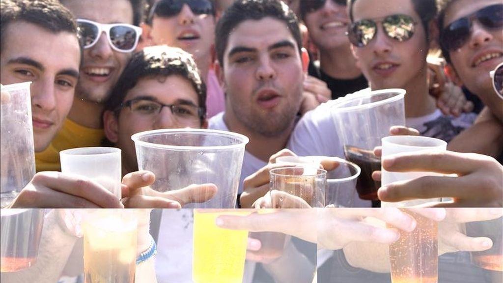 Miles de jóvenes, participando en un macrobotellón en Sevilla el pasado mes de marzo. EFE/Archivo