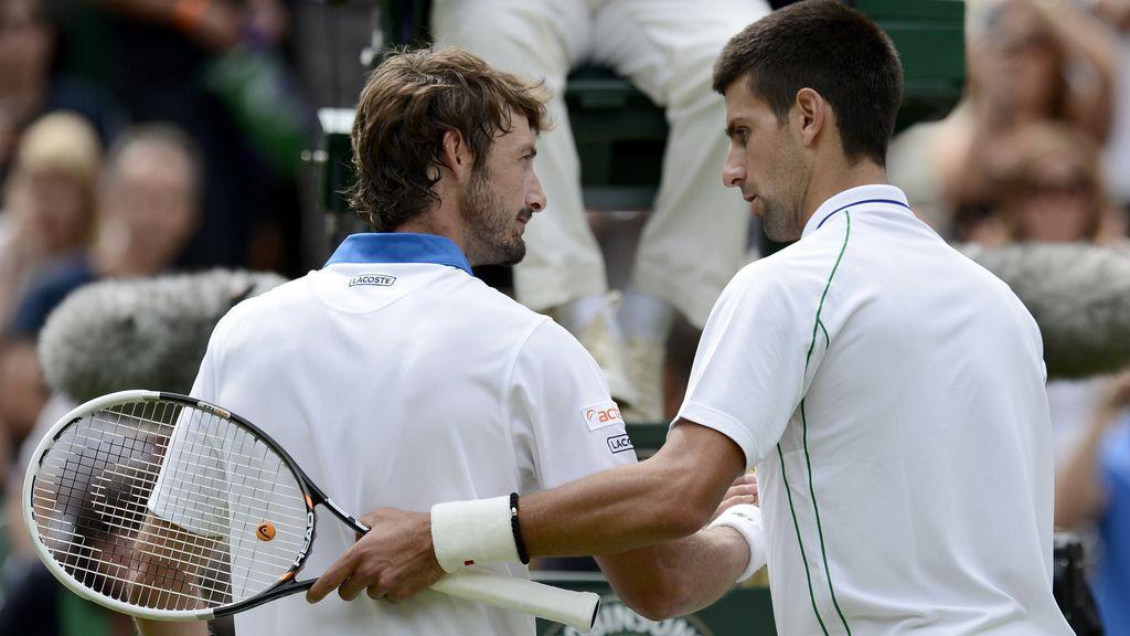 Novak Djokovic vence a Juan Carlos Ferrero en el torneo de Wimbledon en Londres