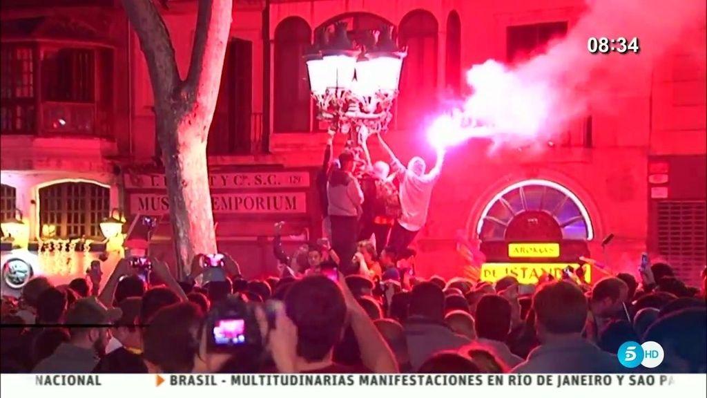 La afición del Barça se acuerda del Madrid celebrando la Copa en Canaletas