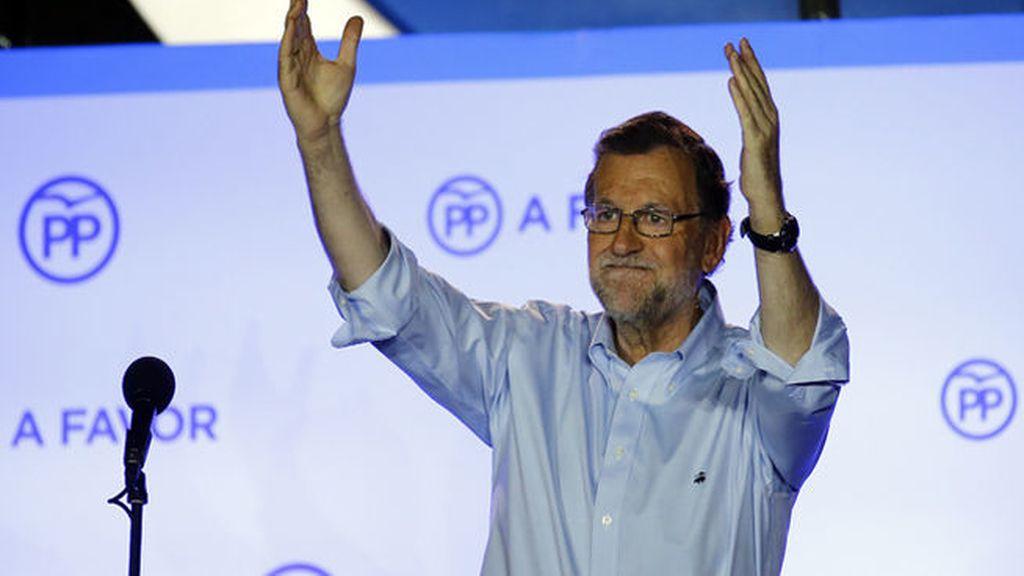 """Rajoy reclama desde el balcón de Génova """"el derecho a gobernar"""" del PP"""