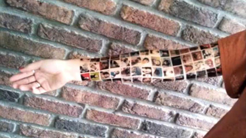 El tatuaje que se hizo la joven con la imagen de los 152 amigos que tiene en la red social. Foto: Gtres.