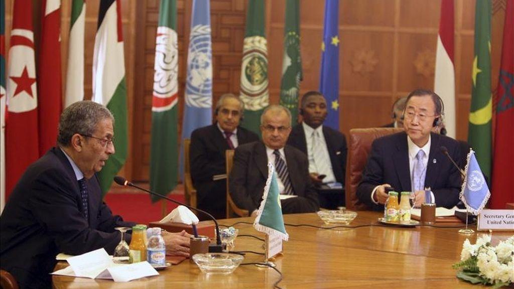 El Secretario General de la Liga Árabe, Amr Moussa (i); el Secretario General de la ONU, Ban Ki-Moon (d), y el enviado especial de la ONU para Libia, el ex ministro de Asuntos Exteriores jordano Abdel Ilah Al-Khatib, durante la conferencia internacional sobre la crisis en Libia celebrada en El Cairo, Egipto. Los dirigentes de la ONU, Unión Europea, Liga Árabe, Unión Africana y la Organización para la Conferencia Islámica subrayaron la necesidad de alcanzar un alto el fuego en Libia y comenzar un proceso de diálogo. EFE