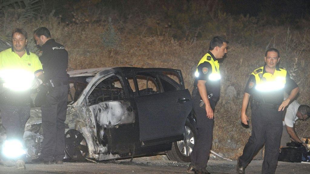 Hallan el cuerpo de una mujer en el interior del maletero de un coche incendiado en Granada