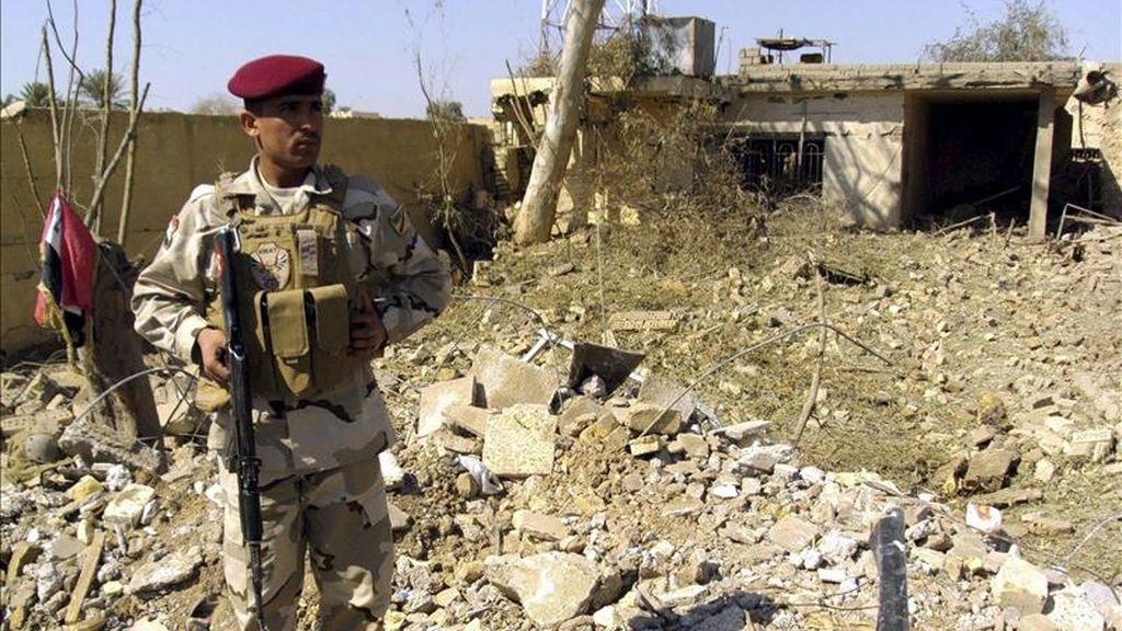 Un soldado iraquí vigila desde los escombros de unos edificios tras un ataque suicida en la provincia de Baqubah, noreste de Irak. EFE/Archivo