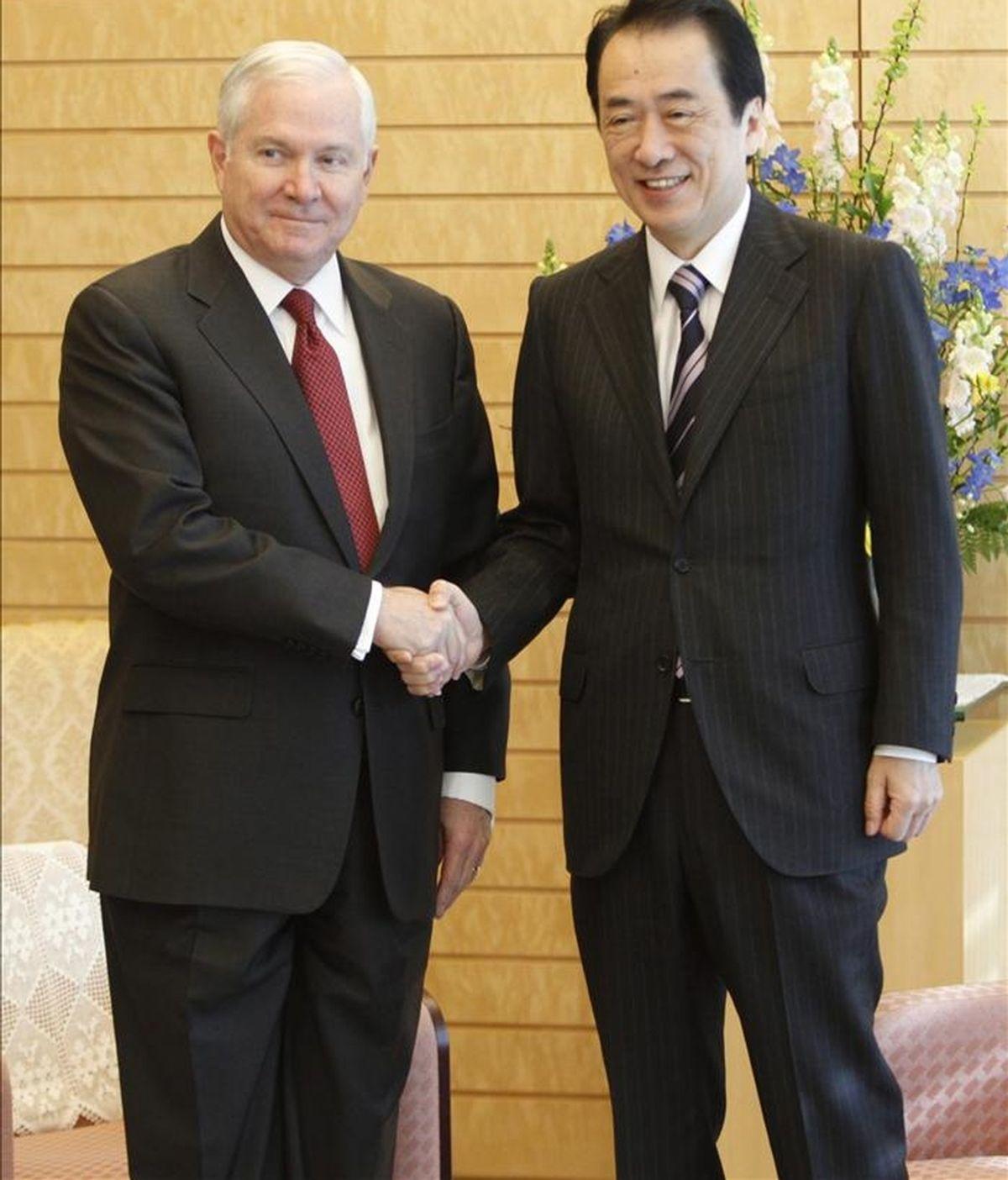 El secretario estadounidense de Defensa, Robert Gates (i), estrecha la mano del primer ministro japonés, Naoto Kan (d), hoy en Tokio (Japón). EFE
