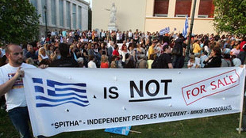 Mles de personas según los espacios en redes sociales acuden a la plaza central de Atenas (Síntagma) al llamado de protestas paneuropeas. Foto: EFE/Archivo