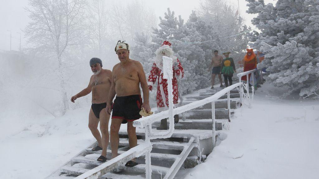 Un grupo de personas acuden a darse un frío baño en Rusia