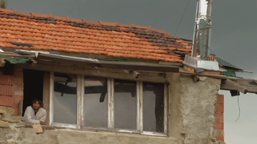 La casa de Fermín tiene lo básico, lo más tecnológico que tiene es una radio a pilas, ya que la única electricidad que recibe viene de unas placas solares