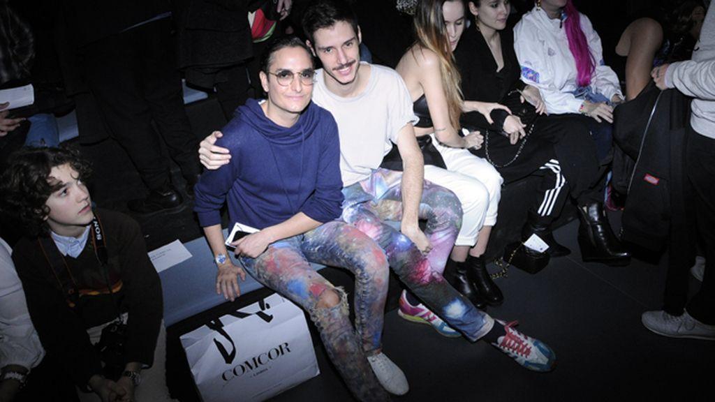 """Josie y el dj Andrés Borque """"Ninyofixo"""" en el front row con unos pantalones muy cósmicos"""