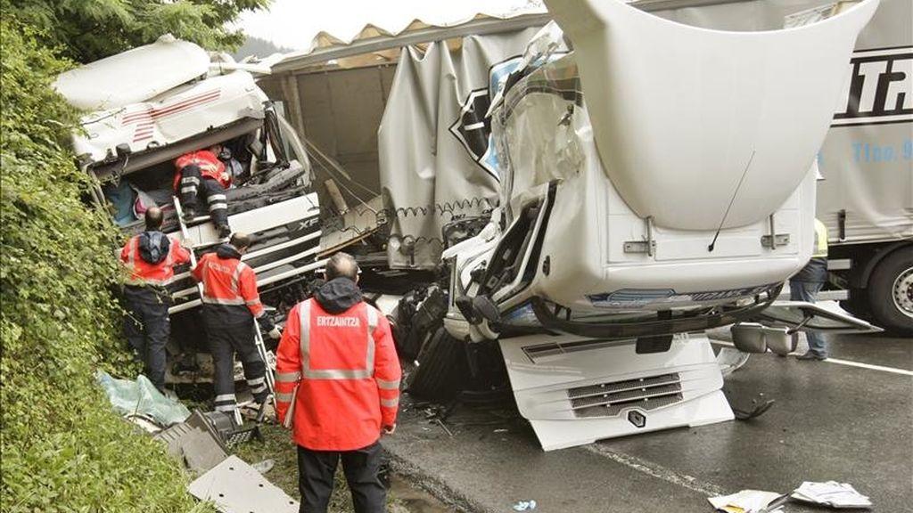 Efectivos de la Ertzaintza inspeccionan dos camiones tras una colisión entre ambos en la carretera BI-625. EFE/Archivo