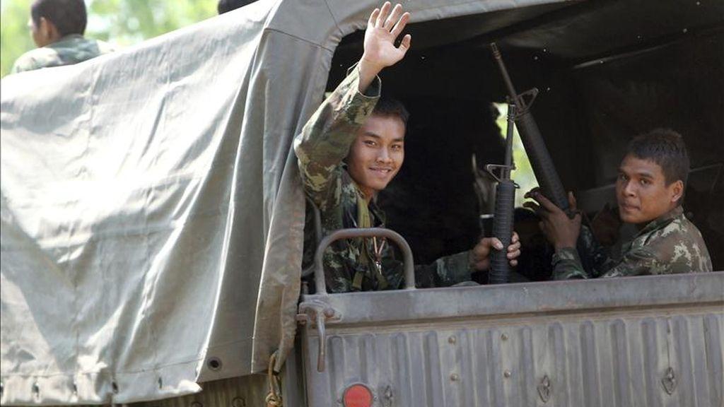 Soldados son trasladados en camión hasta el frente en el que se suceden los combates entre los ejércitos de Camboya y Tailandia en torno al templo Ta Kwai, en Phanom Dong Rak, en la provincia tailandesa de Surin. EFE/Archivo