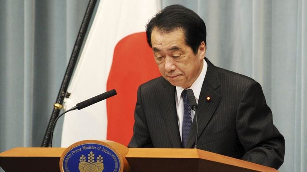 El primer ministro japonés, Naoto Kan, hace una reverencia durante su llegada a una rueda de prensa en Tokio, Japón, hoy, martes 10 de mayo de 2011. Kan anunció a los periodistas que devolverá su sueldo hasta que se controle la crisis en Fukushima y que se revisará la política energética de Japón, un país que reconoció está atrasado en energías alternativas como la eólica o la solar. Millones de nipones recordarán mañana a los cerca de 15 mil fallecidos y 9.900 desaparecidos en el terremoto de 9 grados de magnitud en la escala de Richter del 11 de marzo, que desencadenó un devastador tsunami y una alarma nuclear sin precedentes. EFE/EverettT Kennedy Brown
