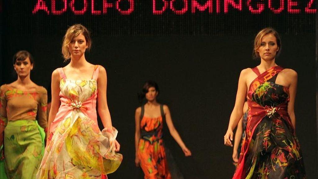 """Modelos desfilan creaciones de la colección """"Otoño invierno 2011 - 2012"""" del diseñador español Adolfo Domínguez este 13 de abril durante la 10 edición del Círculo de la Moda de Bogotá en la capital colombiana. EFE"""