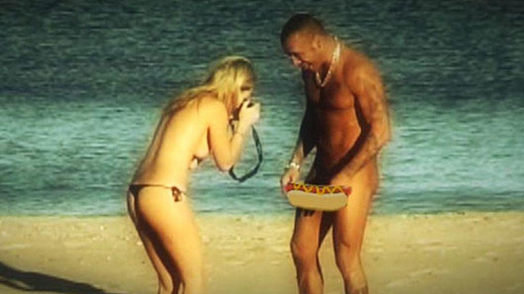 Dinio y su novia, sin ropa en la playa