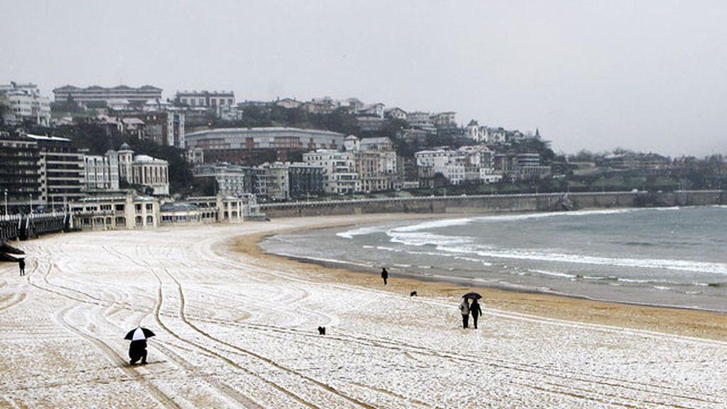 Nieve en la playa de la Concha, en San Sebastián