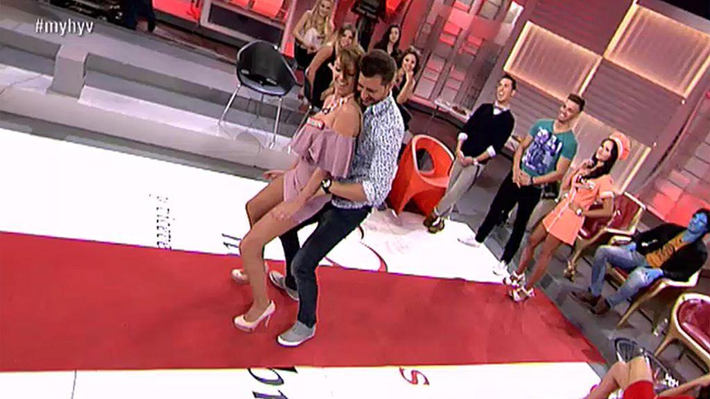Shaila le demustra a Manu lo que es bailar