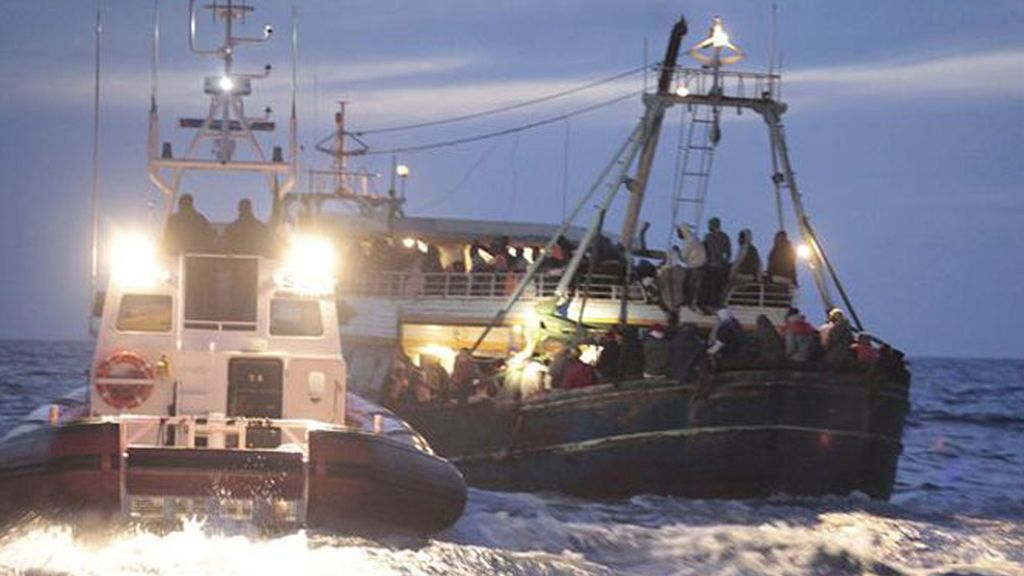 Guardias costeros ayudan a una embarcación recién llegada de Libia en Lampedusa (Italia) ayer domingo, 8 de mayo de 2011.