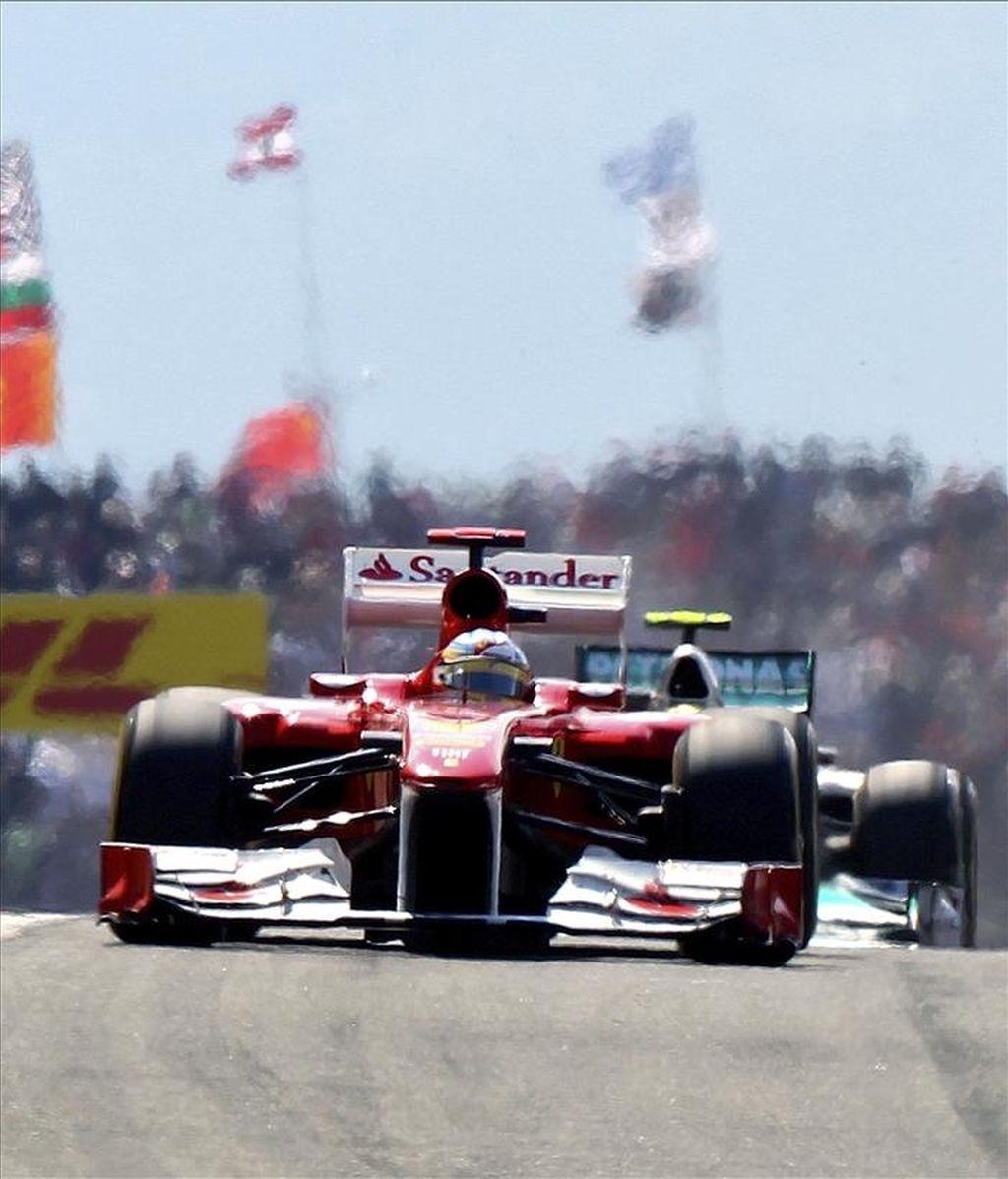 El piloto español Fernando Alonso, de la escudería Ferrari, conduce su monoplaza durante la celebración del Gran Premio de Fórmula Uno de Turquía en el circuito de Estambul este  domingo. EFE