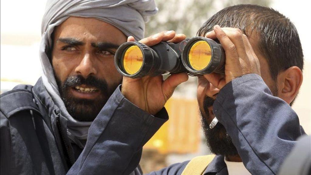 Un rebelde libio utilizando hoy unos prismáticos para observar si había rastro de tropas gadafistas en el paso fronterizo hacia el sur de Túnez en Wazin (Libia). EFE