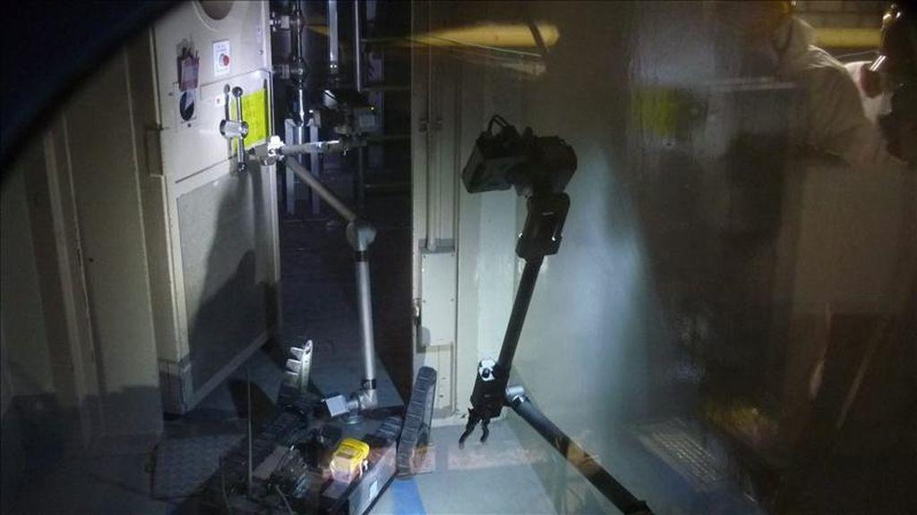 Fotografía cedida por Tokyo Electric Power company (TEPCO) que muestra un robot de fabricación estadounidense utilizado también por las fuerzas militares de EEUU, en el interior de la edificación de un reactor en la planta nuclear de Fukushima Daiichi, Japón. EFE/TEPCO