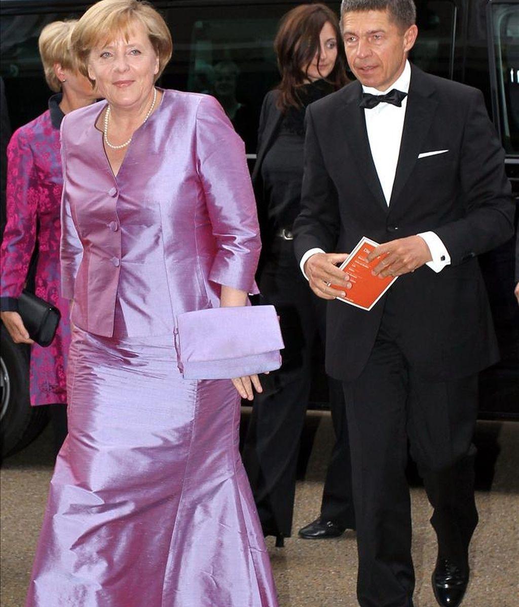 La canciller aleman, Angela Merkel (izq), acompañada de su marido Joachim Sauer (dcha), a su llegada al estreno de la ópera Electra en agosto de 2010, en el ámbito del Festival de Salzburgo (Austria). EFE/Archivo