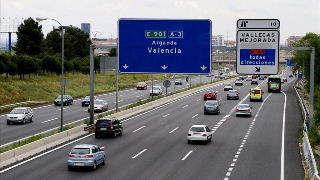 Estado de la circulación en la carretera de Valencia A-3 ayer en dirección salida de Madrid. EFE/Archivo