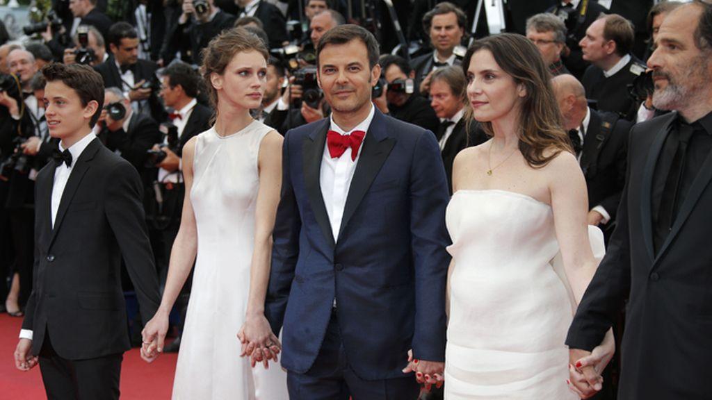 El equipo de 'Young & Beautiful' posa en la alfombra roja de Cannes