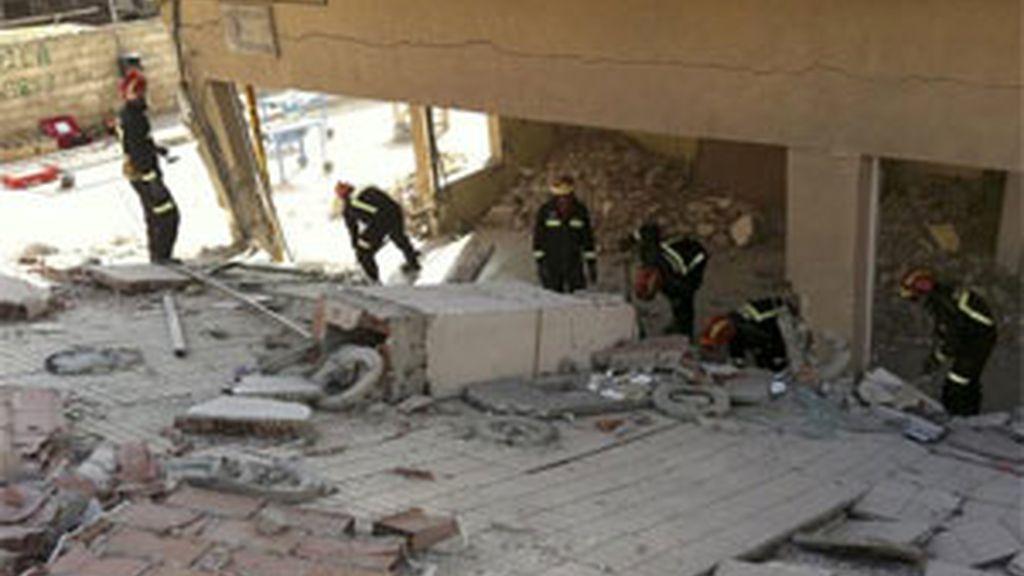 Bomberos de la Comunidad de Madrid apuntalan algunos de los edificios más dañados por el terremoto que afectó el miércoles a la localidad murciana de Lorca, en los que se afanan para permitir que los vecinos puedan al menos entrar a recoger sus cosas. Foto: EFE