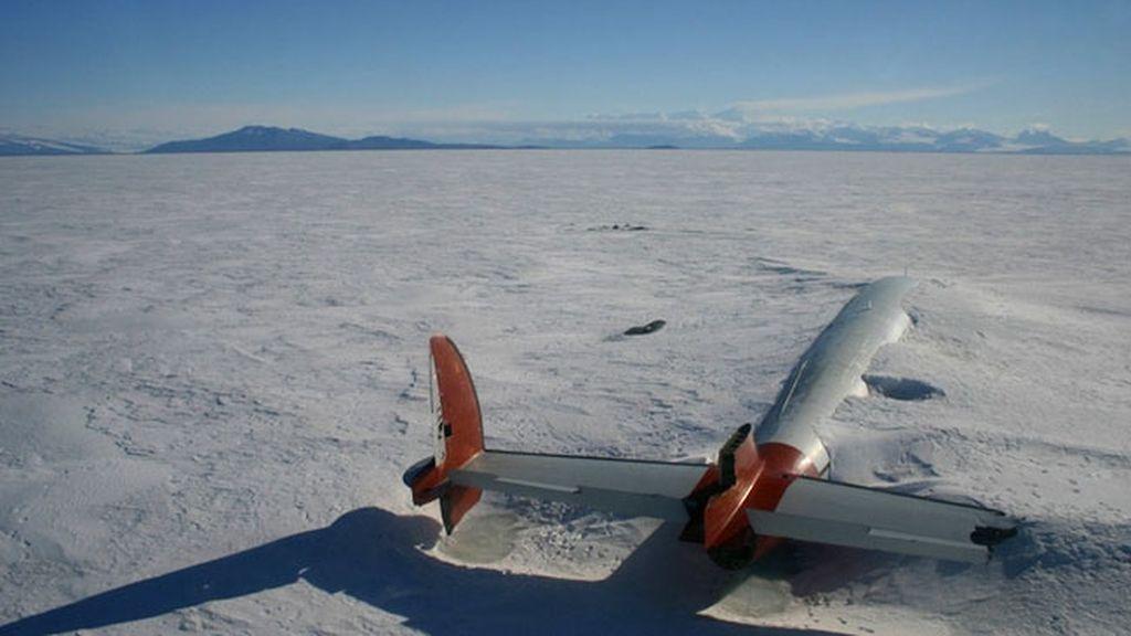 Restos de un avión abandonado en McMurdo, Antártida