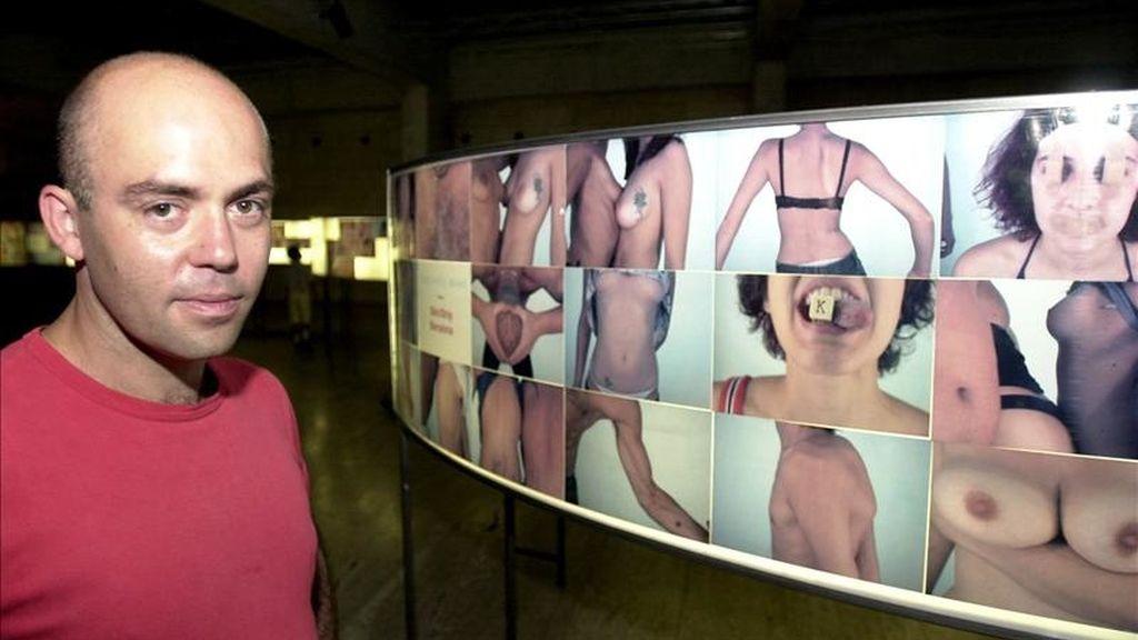 """El artista Pau Ros ante su exposición """"Skin-Strip"""", donde las personas que la visitan posan desnudas ante una cámara oculta tras un espejo. EFE/Archivo"""