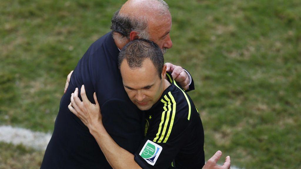 Iniesta se abrazó con Del Bosque tras completar 100 partidos con la selección