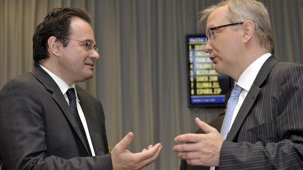 El ministro de Finanzas de Grecia, George Papaconstantinou (i), conversa con el comisario de Asuntos Económicos y Monetarios, Olli Rehn (d), antes del consejo de los ministros de Economía y Finanzas de la UE, Ecofin, en Luxemburgo. EFE/Archivo