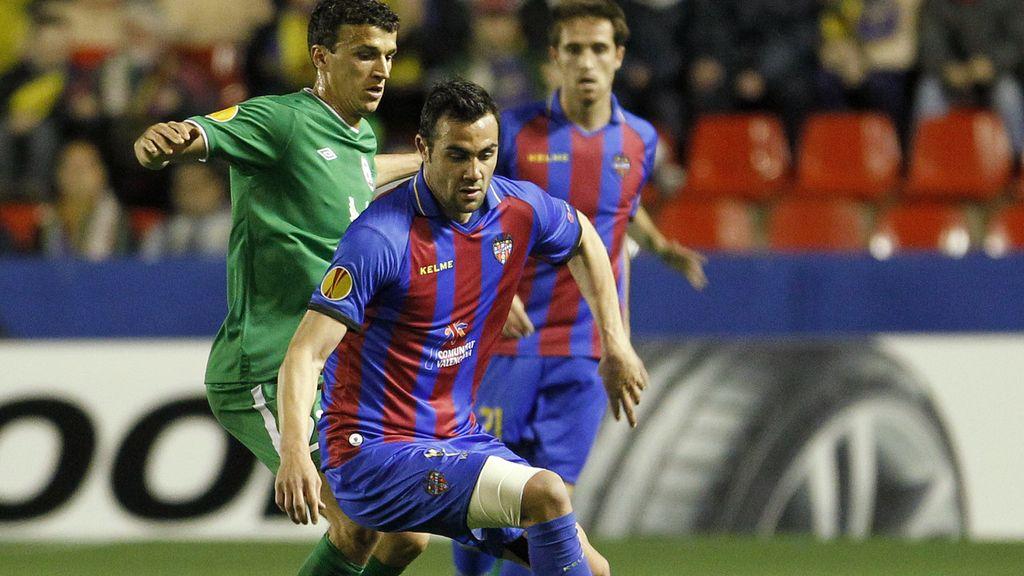 El jugador del Levante, Vicente Iborra ,controla el balón ante un jugador del Rubin Kazan