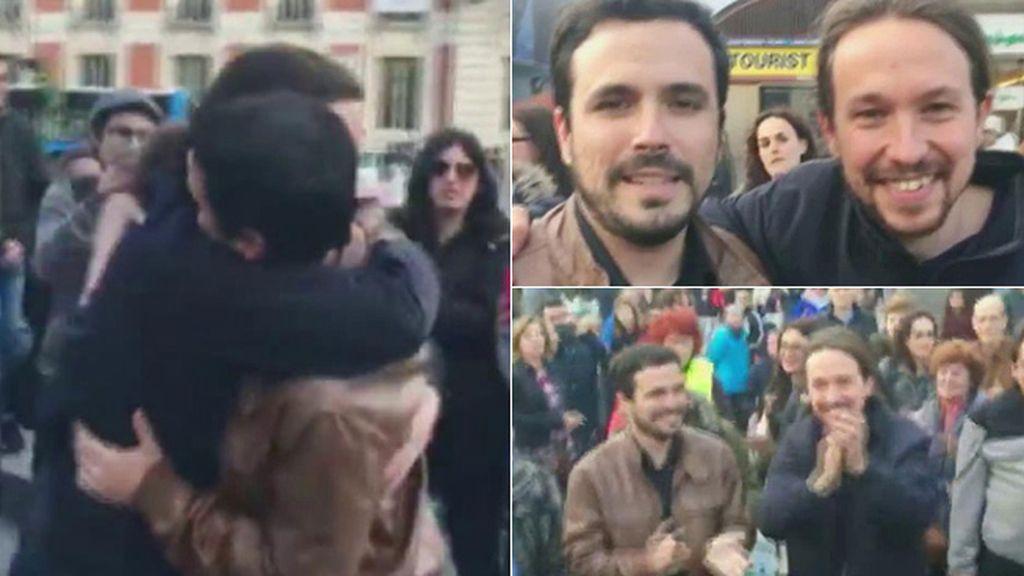 El abrazo de Alberto Garzón y Pablo Iglesias en el Puerta del Sol