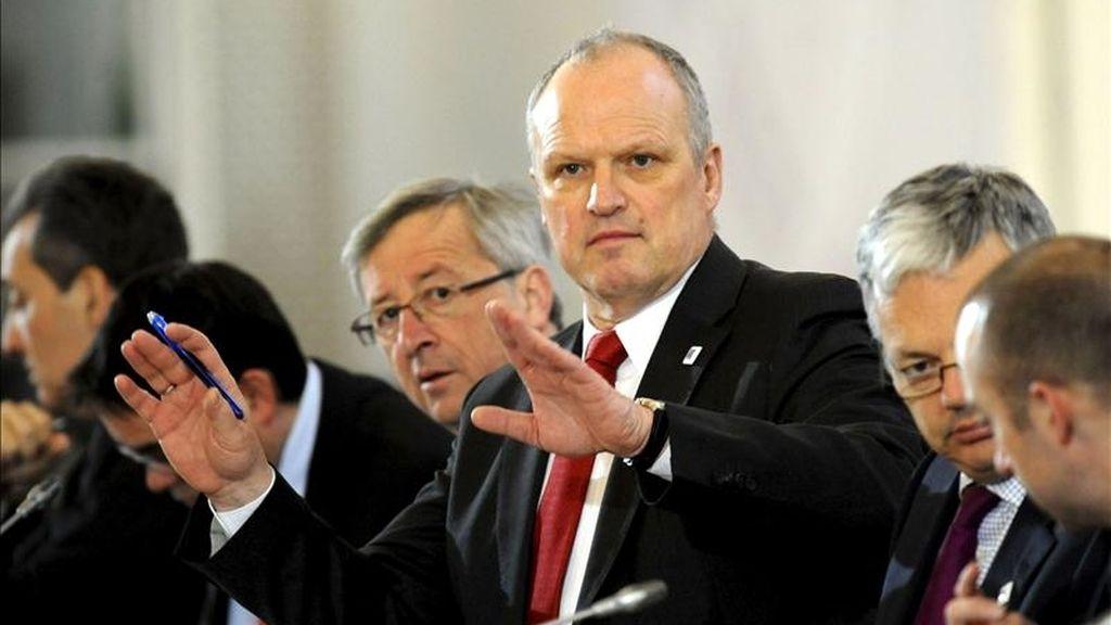"""El director general de Asuntos Económicos del Consejo de la Unión Europea, Carsten Pillath (c), el presidente del Eurogrupo, Jean Claude Juncker (i) y el ministro belga de Finanzas, Didier Reynder (d), durante una reunión informal de ministros de Economía y Finanzas (Ecofin) de la UE en Godollo, 30 kilómetros al noreste de Budapest (Hungría), hoy, viernes 08 de abril de 2011. En unas declaraciones al llegar a la reunión, Rehn, dijo que la CE recibió la petición formal de Portugal de ayuda financiera de la Unión Europea (UE) y del Fondo Monetario Internacional (FMI), anoche, y la consideró """"una decisión responsable"""". EFE"""