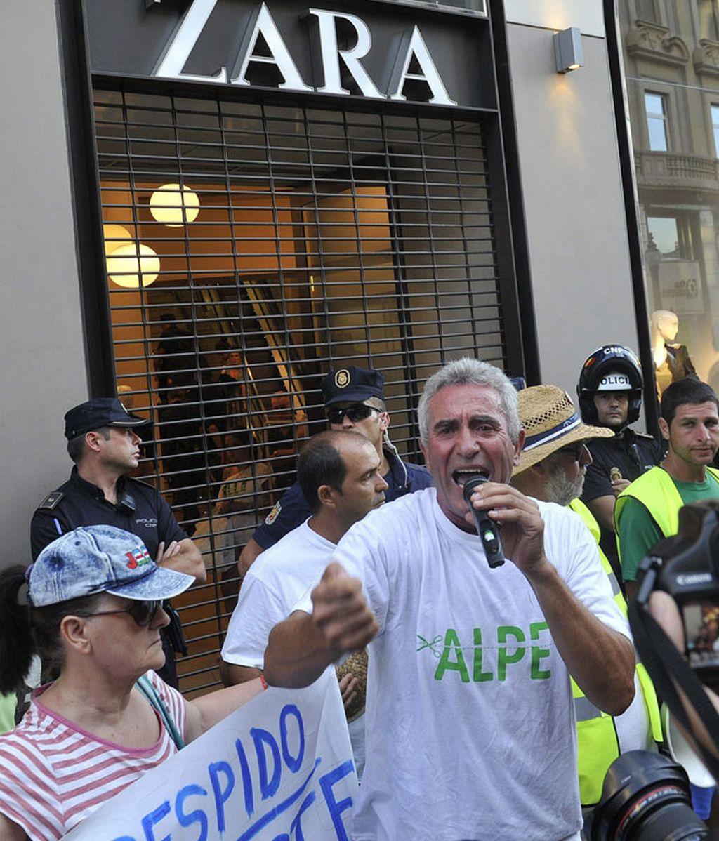 El SAT termina la marhca colocando pancarta en Zara de Granada