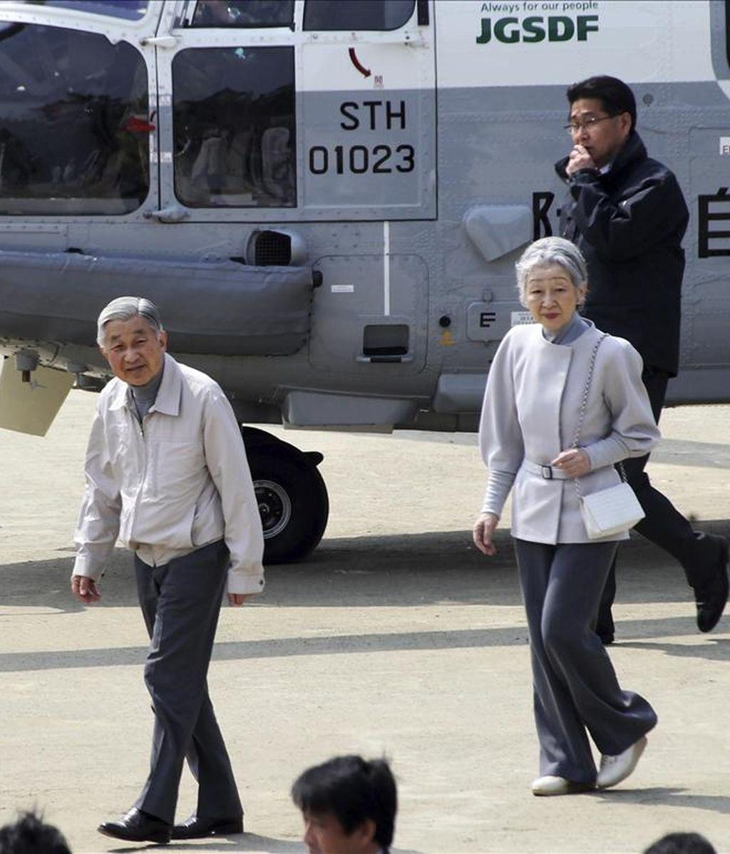 El emperador de Japón, Akihito, y la emperatríz Michiko llegan en helicóptero a la ciudad de Minamisanriku, en la prefectura de Miyagi (Japón), hoy, miércoles 27 de abril de 2011. EFE