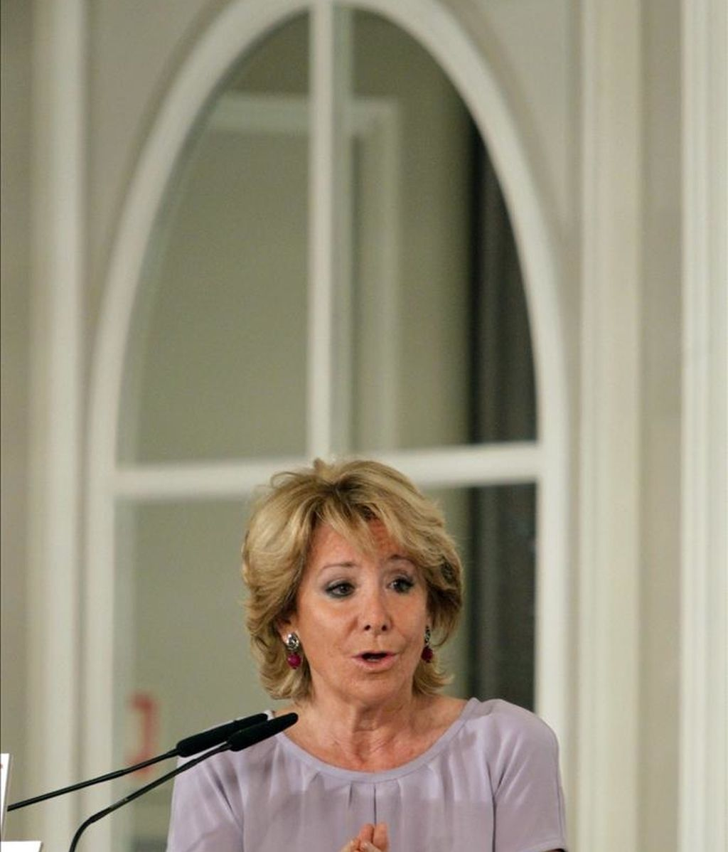 Esperanza Aguirre, presidenta de la Comunidad de Madrid y candidata a la reelección, durante su intervención en un desayuno informativo organizado hoy en un hotel madrileño. EFE