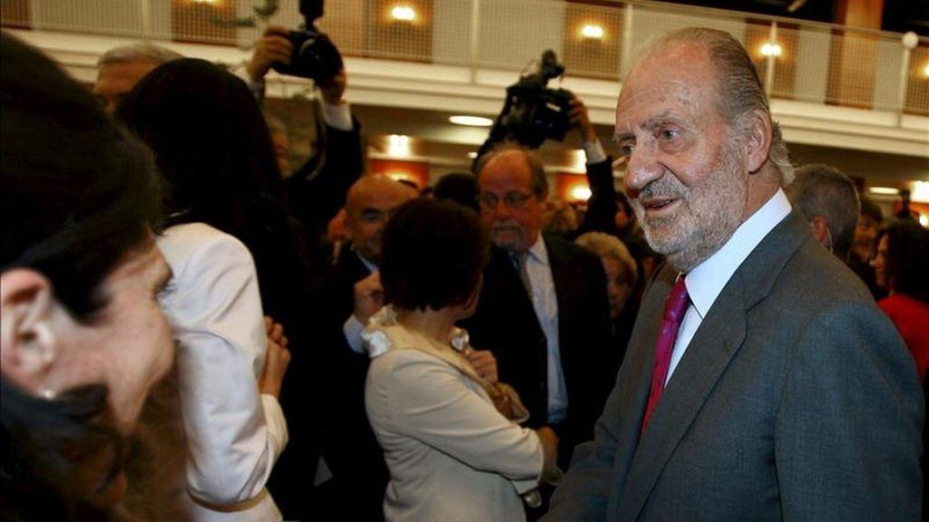 El rey Juan Carlos, durante una recepción que los reyes ofrecieron hoy, en el palacio de Beaulieu de Lausana, a los españoles residentes en Suiza, en el segundo y último día de la visita de Estado que realizan a este país. EFE