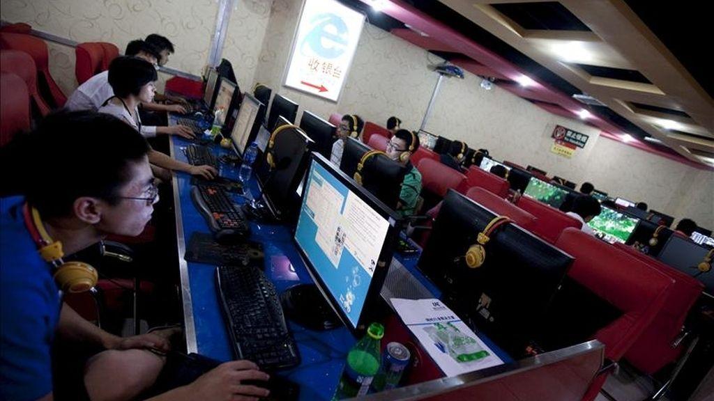 Varios jóvenes chinos navegan por internet. EFE/Archivo