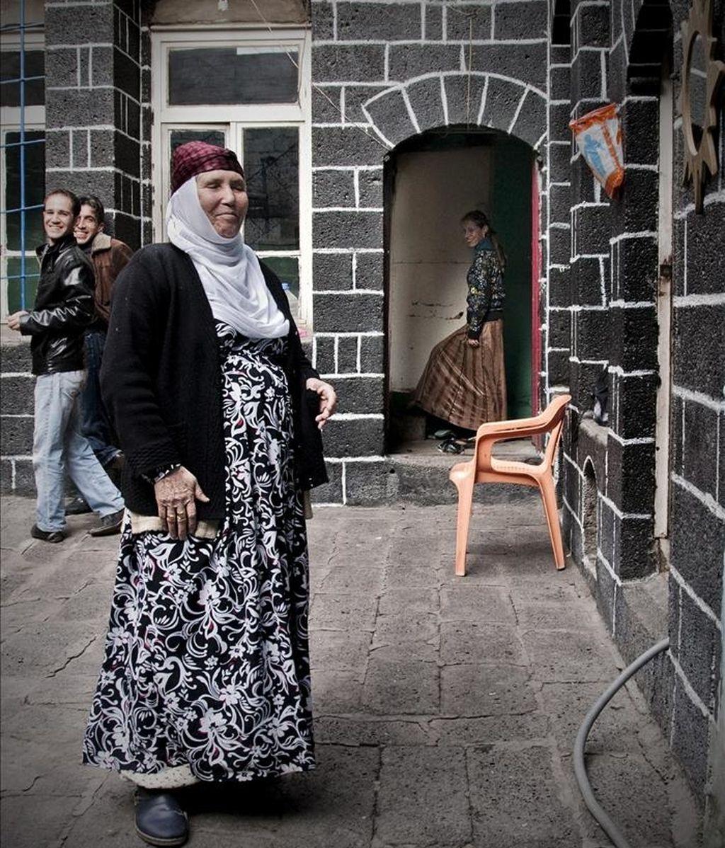 Dos generaciones de mujeres kurdas en una casa tradicional de Diyarbakir. El dominio de los hombres en las calles y los puestos de trabajo de las zonas kurdas es palpable, pese a que los nacionalistas kurdos -que controlan la política local del sureste del país- trabajan desde hace años por incorporar a la mujer a la administración. EFE
