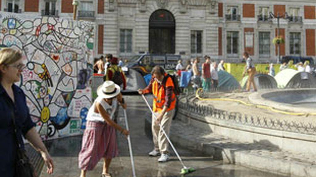 Los acampados en Sol se van de la plaza madrileña. Vídeo: Informativos Telecinco