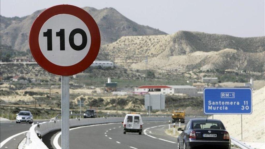 Una señal de tráfico muestra el límite en la autovía autonómica murciana RM-1, tras entrar en vigor la  norma que reduce la velocidad máxima en dichas carreteras de 120 km/h a 110 km/h. EFE/Archivo